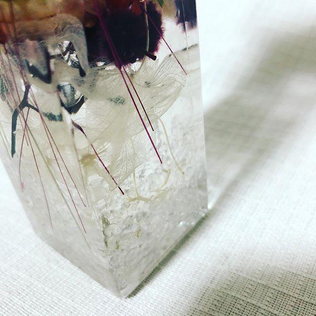 水晶入りハーバリウムです。ハーバリウムの底に水晶が敷き詰められています。インテリアにもなりますが運気アップ、開運にも︎︎贈り物にぜひいかがでしょうか??#ハーバリウム #水晶 #水晶入りハーバリウム #ドライフラワー #プリザーブドフラワー #プレゼントギフト #母の日 #贈り物 #花手鞠