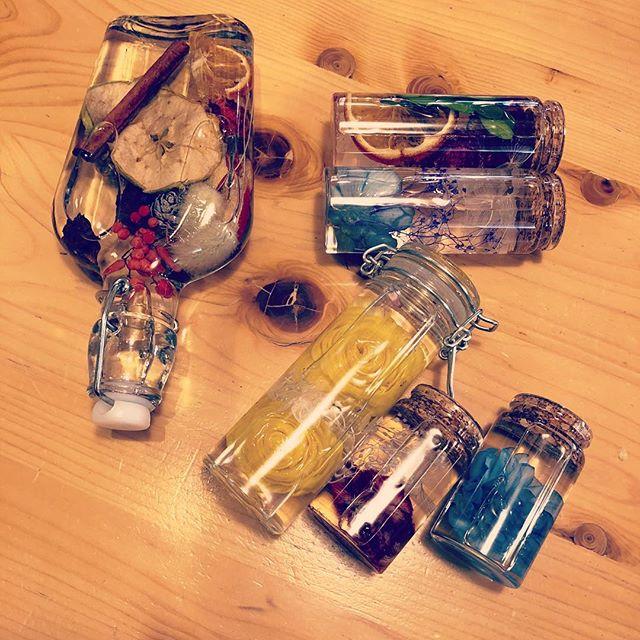 変わり瓶で作った子達。オイル漏れしないかテスト中。コルクはやっぱり100均の瓶ではダメかな。見た目は可愛いけど。#ハーバリウム #コルク瓶 #グリップトップ #酒瓶 #オイル漏れテスト中 #ドライフラワー #ドライフルーツ #プリザーブドフラワー #花手鞠