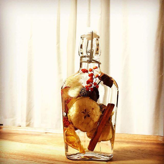 ドライフルーツでハーバリウム作ってみた。それも酒瓶で。#ドライフルーツ #ハーバリウム #酒瓶 #ドライフラワー #りんご #見た目おしゃれ#花手鞠
